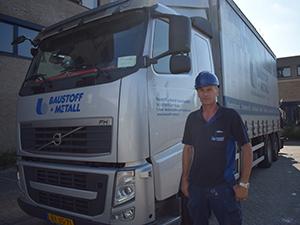 Topchauffeur voor zijn vrachtwagen van Baustoff + Metall